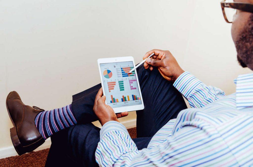 businessman-measuring-data